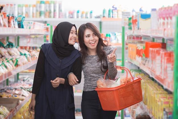 Dwóch przyjaciół robiących zakupy razem