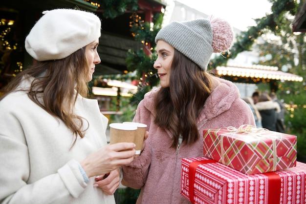 Dwóch przyjaciół spędza czas na jarmarku bożonarodzeniowym