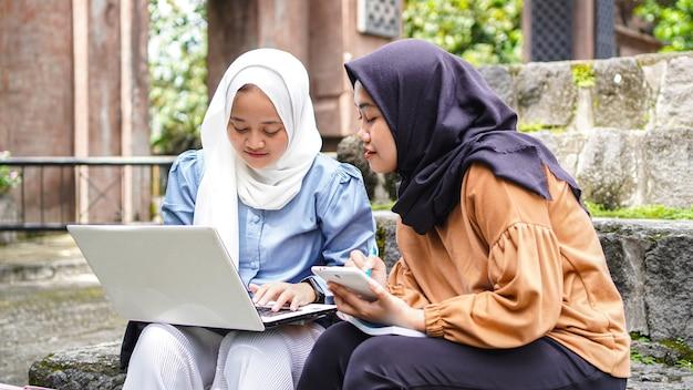 Dwóch przyjaciół studentów azjatyckich kobieta dyskusji