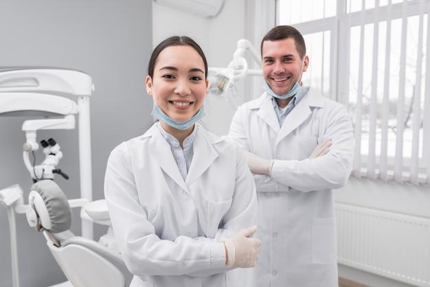 Dwóch przyjaznych dentystów