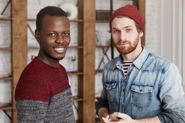Dwóch przypadkowych mężczyzn spotykających się w kawiarni w słoneczną niedzielę