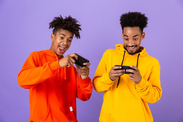 Dwóch radosnych przyjaciół ubranych w kolorowe bluzy