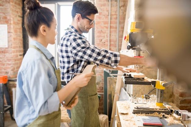 Dwóch rzemieślników w nowoczesnym warsztacie