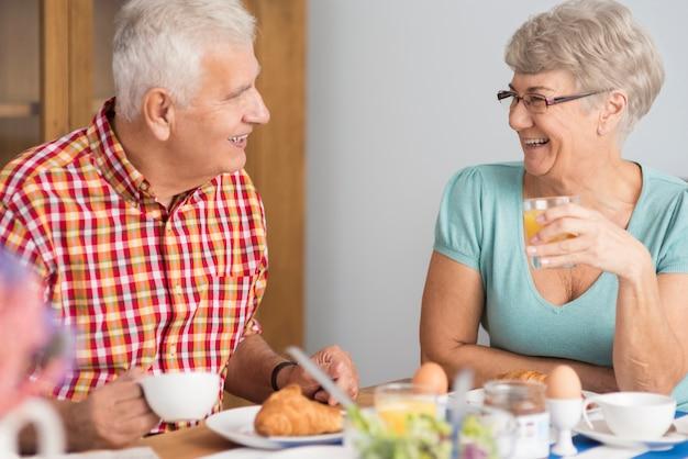 Dwóch starszych ludzi jedzących śniadanie razem