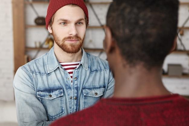 Dwóch starych przyjaciół różnych ras prowadzi miłą rozmowę