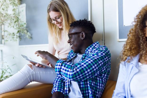 Dwóch studentów korzystających z tabletu cyfrowego na uniwersytecie.