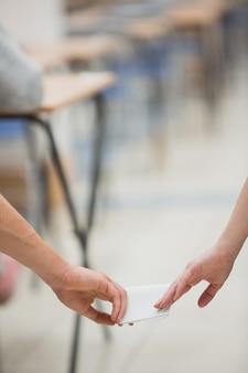 Dwóch studentów oszukuje podczas wykonywania testu
