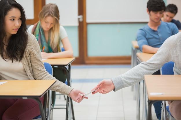 Dwóch studentów oszukuje w klasie