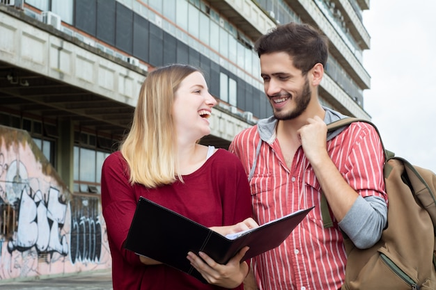 Dwóch studentów studiujących razem na zewnątrz