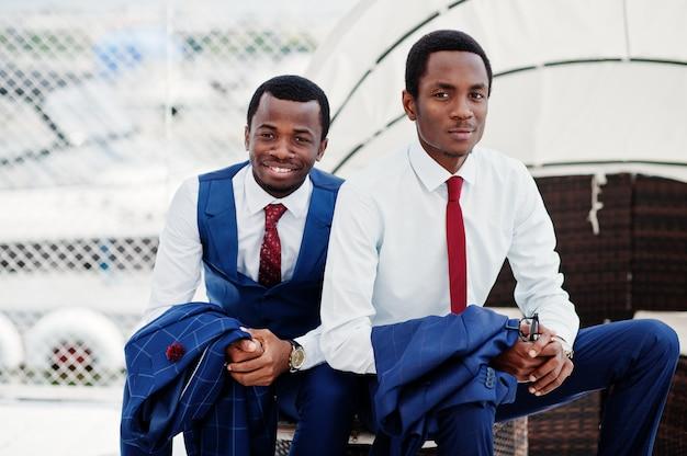 Dwóch szczęśliwych mężczyzn sukcesu w kolorze