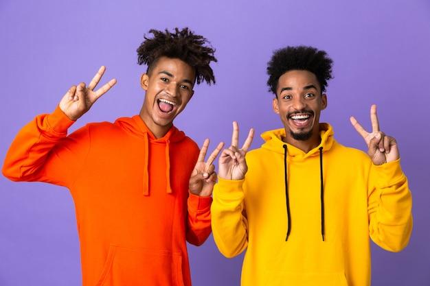 Dwóch szczęśliwych przyjaciół w kolorowe bluzy