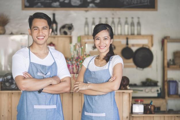 Dwóch szczęśliwych właścicieli kawiarni