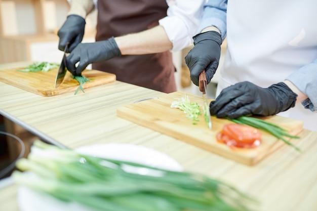 Dwóch szefów kuchni gotuje w restauracji