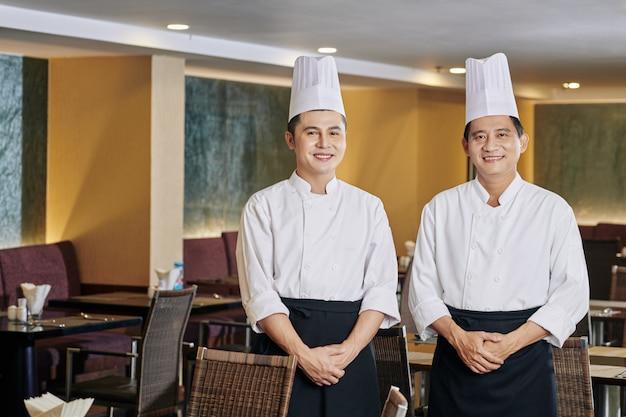Dwóch szefów kuchni w kawiarni