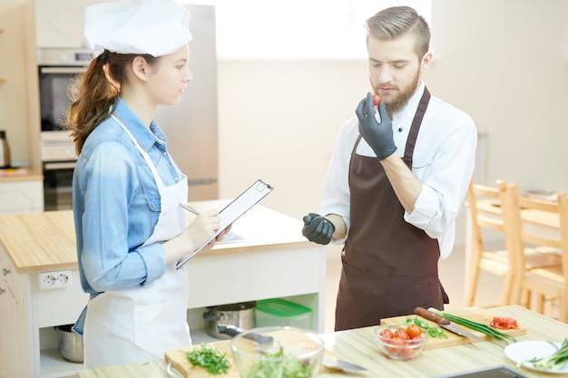 Dwóch szefów kuchni w kuchni restauracji