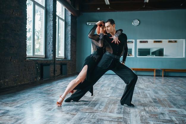 Dwóch tancerzy w kostiumach na treningu tańca ballrom