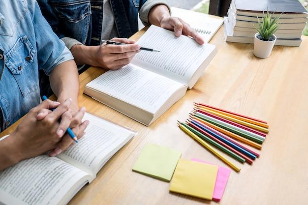 Dwóch uczniów szkół średnich lub kolegów z klasy pomaga przyjacielowi w odrabianiu lekcji w klasie
