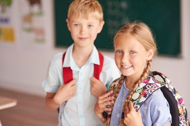Dwóch uczniów w klasie
