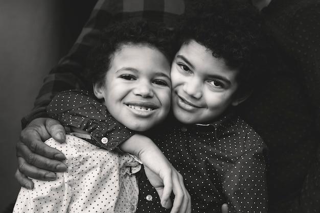 Dwóch uroczych braci rasy mieszanej przytulanie