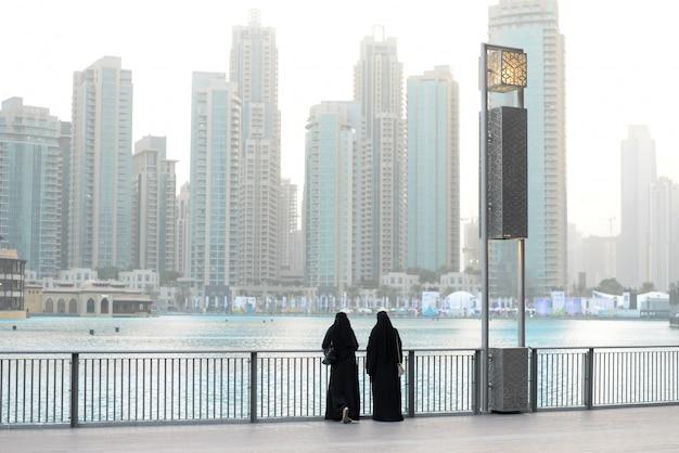 Dwóch weman w strreet. w dubaju. podróżuj styl życia .panorama