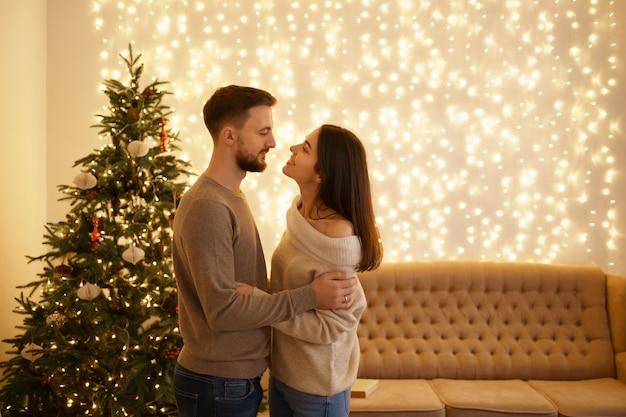 Dwóch wesołych, słodkich, delikatnych, pięknych, uroczych, słodkich, romantycznych małżonków, męża i żony