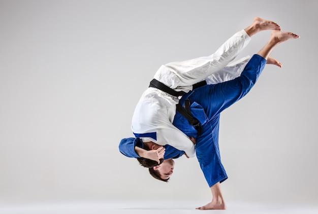 Dwóch wojowników judoków walczących z mężczyznami