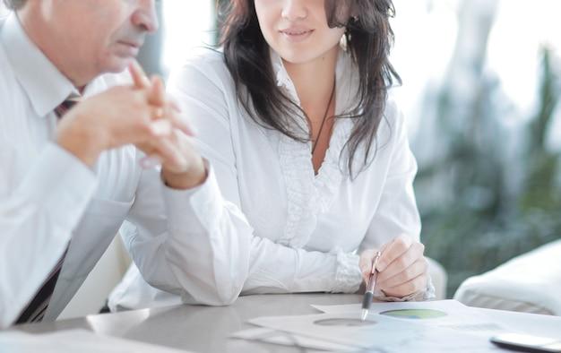 Dwóch współpracowników omawiających sprawozdanie finansowe