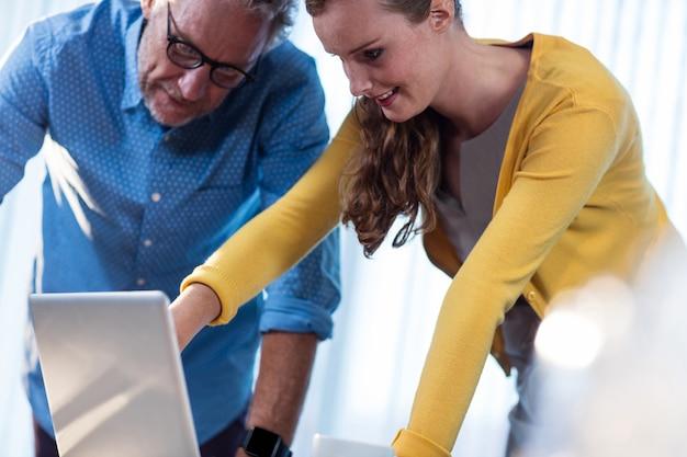 Dwóch współpracowników pracujących na komputerze