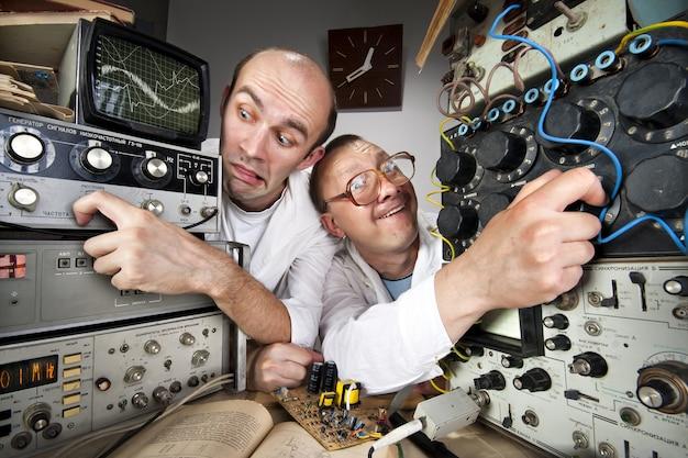 Dwóch zabawnych naukowców-frajerów