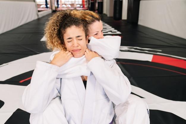 Dwóch zawodników judo sztuk walki trzymając się mocno za szyję