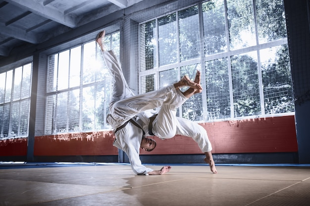 Dwóch zawodników judo wykazujących się umiejętnościami technicznymi podczas uprawiania sztuk walki w klubie walki