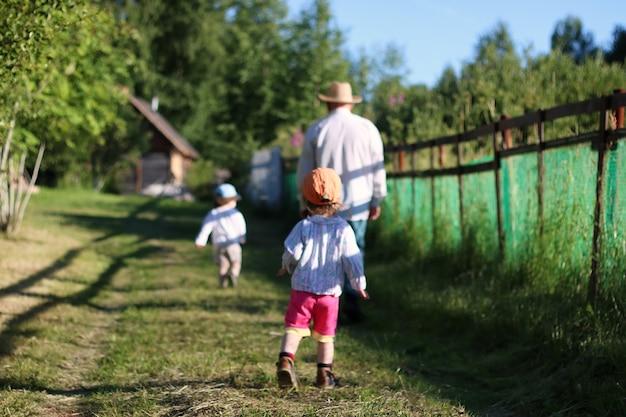 Dwoje dzieci chodzi dziadka
