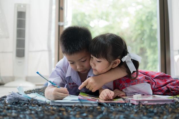 Dwoje dzieci razem odrabiających lekcje