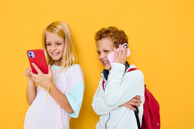 Dwoje dzieciaków chłopiec i dziewczynka rozmawiają i uśmiechają się emocje radość koncert uzależnienia dzieci i gadżetów