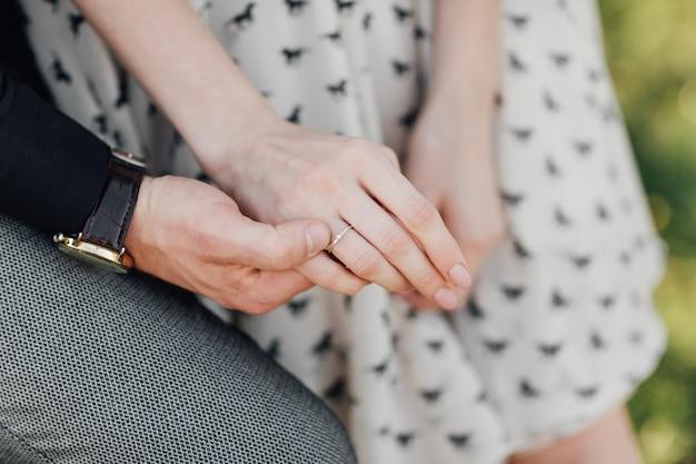 Dwoje kochanków, para, chłopiec i dziewczyna trzymają się za ręce