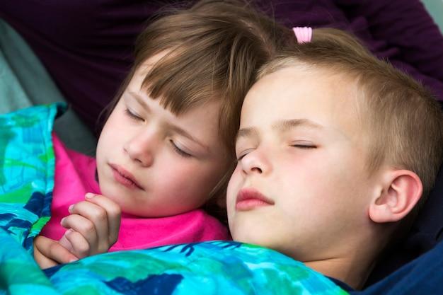 Dwoje małych blond dzieci