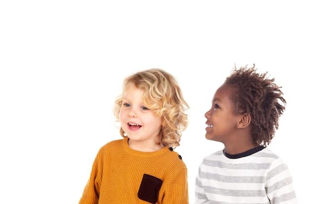 Dwoje małych dzieci się śmieje