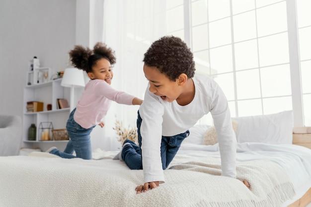Dwoje rodzeństwa bawiące się razem w domu
