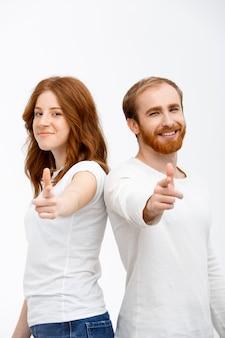 Dwoje rodzeństwa rudowłosy wskazujące z przodu
