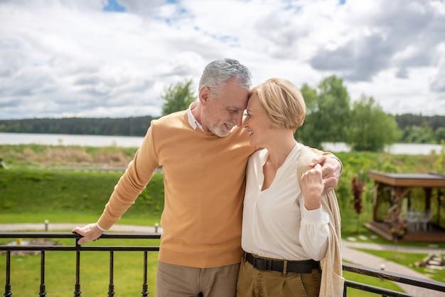 Dwoje romantycznych ludzi cieszących się nawzajem społeczeństwem