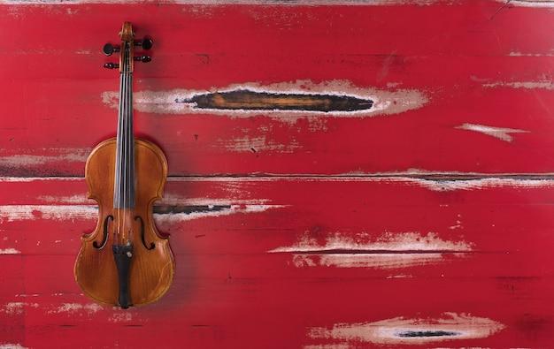 Dwoje skrzypiec na czerwonym tle na białym tle