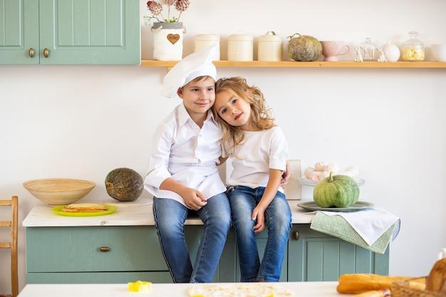 Dwoje uroczych dzieci w kuchni w domu