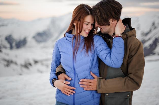 Dwoje zakochanych obejmujących się w wysokich górach