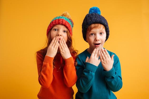 Dwoje zszokowanych zaskoczonych małych dzieci