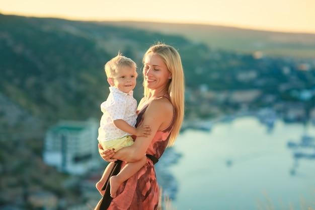 Dwójka dzieci na wakacjach w górach nad jeziorem w słoneczny dzień
