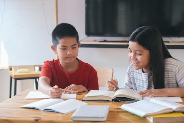 Dwójka dzieci ze szkoły podstawowej uczących się razem.