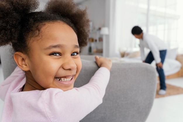 Dwójka rodzeństwa w domu bawi się razem w chowanego