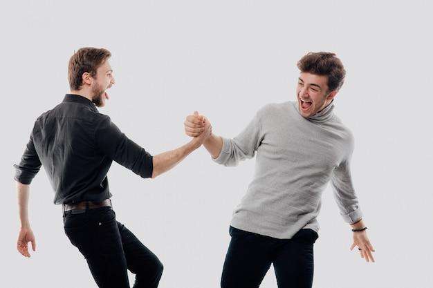 Dwójka, weź rękę, pojęcie przyjaźni, szczęścia, pojedyncze białe miejsce, miejsce, pozytywne emocje na twarzy
