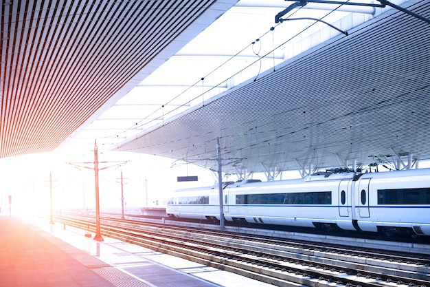 Dworzec kolejowy o zachodzie słońca