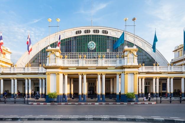 Dworzec kolejowy w bangkoku, znany również jako stacja hua lamphong, jest głównym dworcem kolejowym w bangkoku w tajlandii.